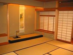 Свободное, геометричное пространство интерьеров в японском стиле.