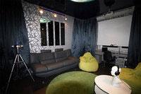 ...метровой комнате был создан настоящий домашний кинотеатр с проектором.