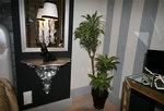 Под зеркалом гипсокартонной конструкции – лепная консоль окрашенная в серебряный цвет